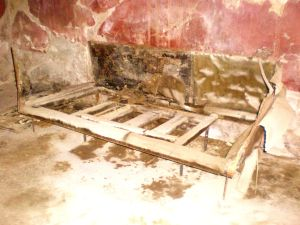 Sänky Herculaneumista, Casa del Mobilio Carbonizzato, Ins. V,5, kuva: Laura Nissinen