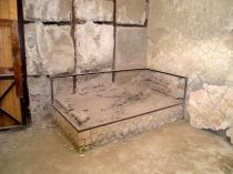Esinelöydöt ovat tärkeitä huonetilojen tunnistamisessa. Kuvassa sänky Herculaneumista,Sacello degli Augustali, Ins. VI,21-24, kuva: Laura Nissinen