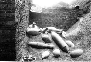 Vulkaanisen kerroksen alta paljastuvia viiniamforoita pompejilaisessa talossa.