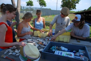 Opiskelijat pesemässä keramiikkaa Pompejissa. Kuva: Riku Kärkkainen