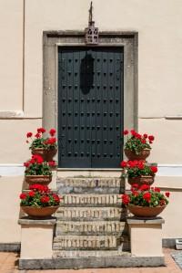 Villa Lanten yläkirjaston ovi kukkineen