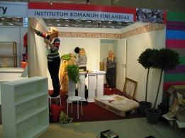 Rooman-Instituutin kautta aikain ensimmäistä messuosastoa rakentamassa 2011