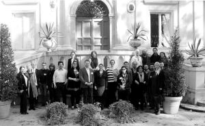 Konferenssin osallistujat Villa Lanten edessä