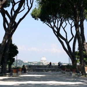 Näkymä Rooman Aventinus-kukkulalta, taustalla Pietarinkirkko