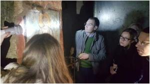 Pyhän Luukkaan freskoa ja graffiteja ihmettelemässä. Catacombe di Commodilla.
