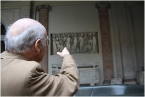 Legendojen kohtaaminen: professori Paul Zanker tulkitsee ryhmälle sarkofageja Vatikaanin museoissa.