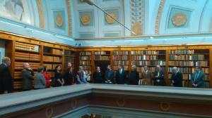 Asiamies Viitanen ja säätiön valtuuskunta tutustumassa remontoituun Kansalliskirjastoon