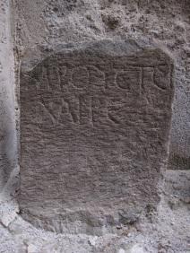 Liparilainen hautacippus paikallisesta tuliperäisestä kivestä, todennäköisesti 1. vuosisadalta eaa.