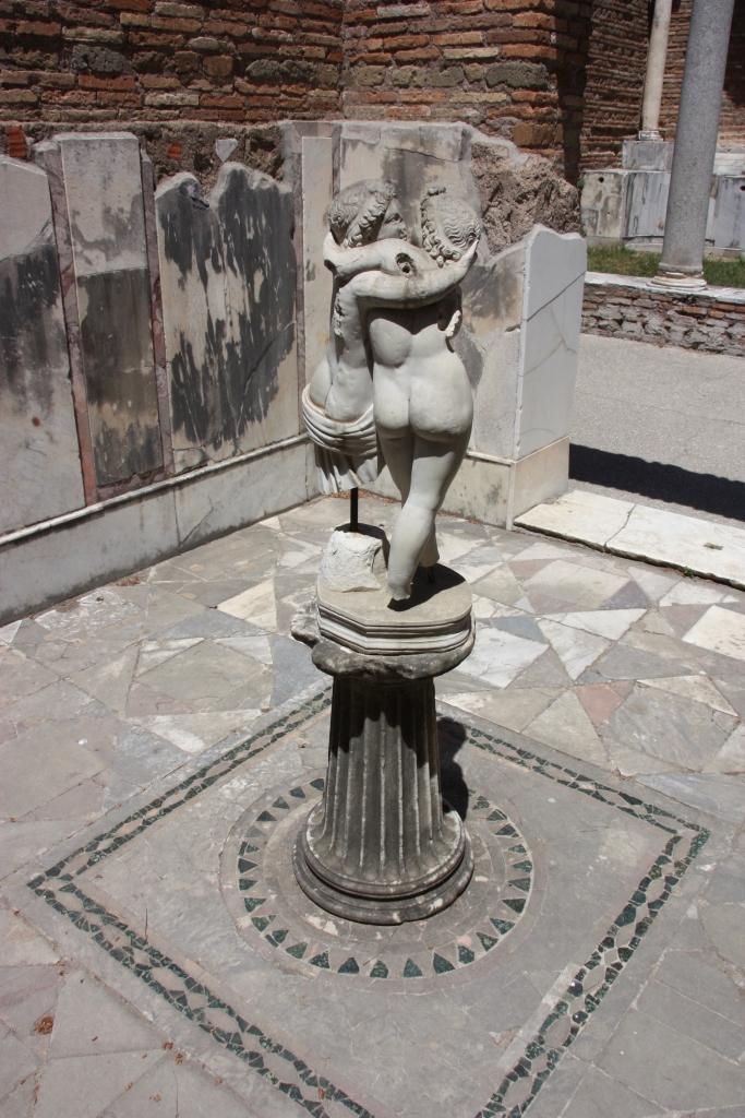 Amorin ja Psykhen patsas.
