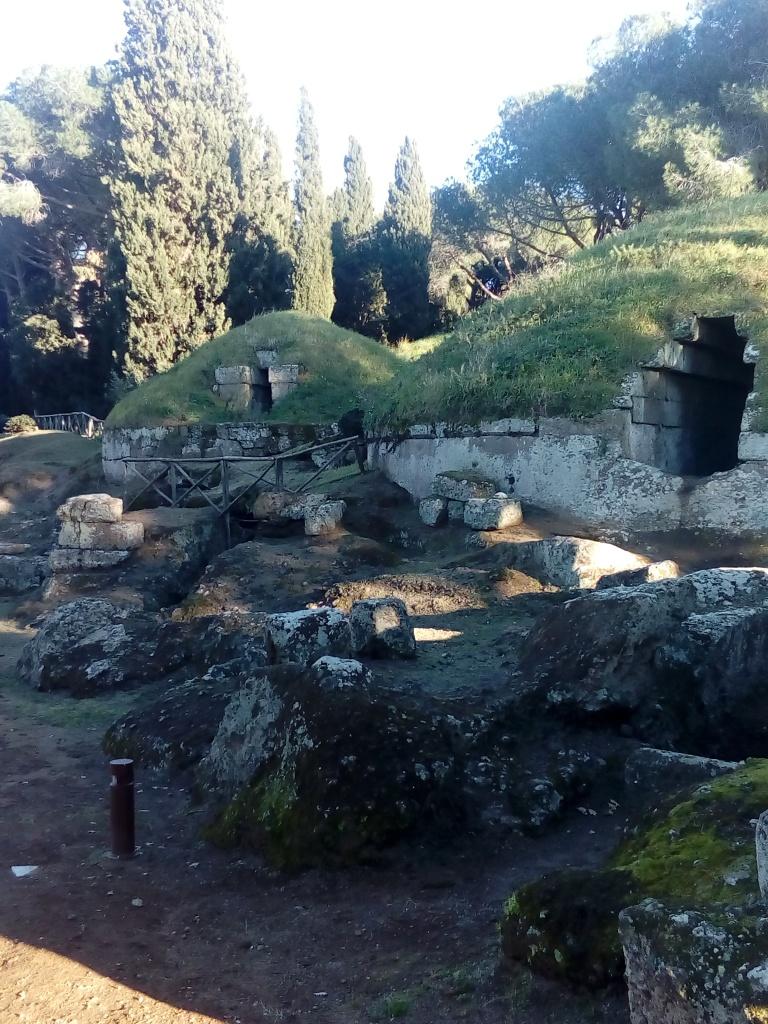 Tumuleja eli etruskien hautakumpuja.