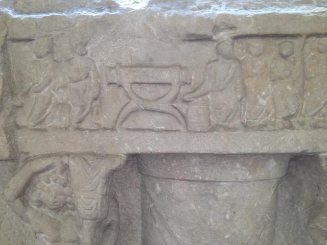 Reliefissä kuvattuna roomalaisen virkamiehen tuoli.