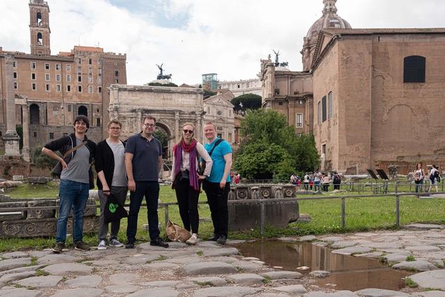 Työryhmän jäsenet ryhmäkuvassa Forum Romanumilla.