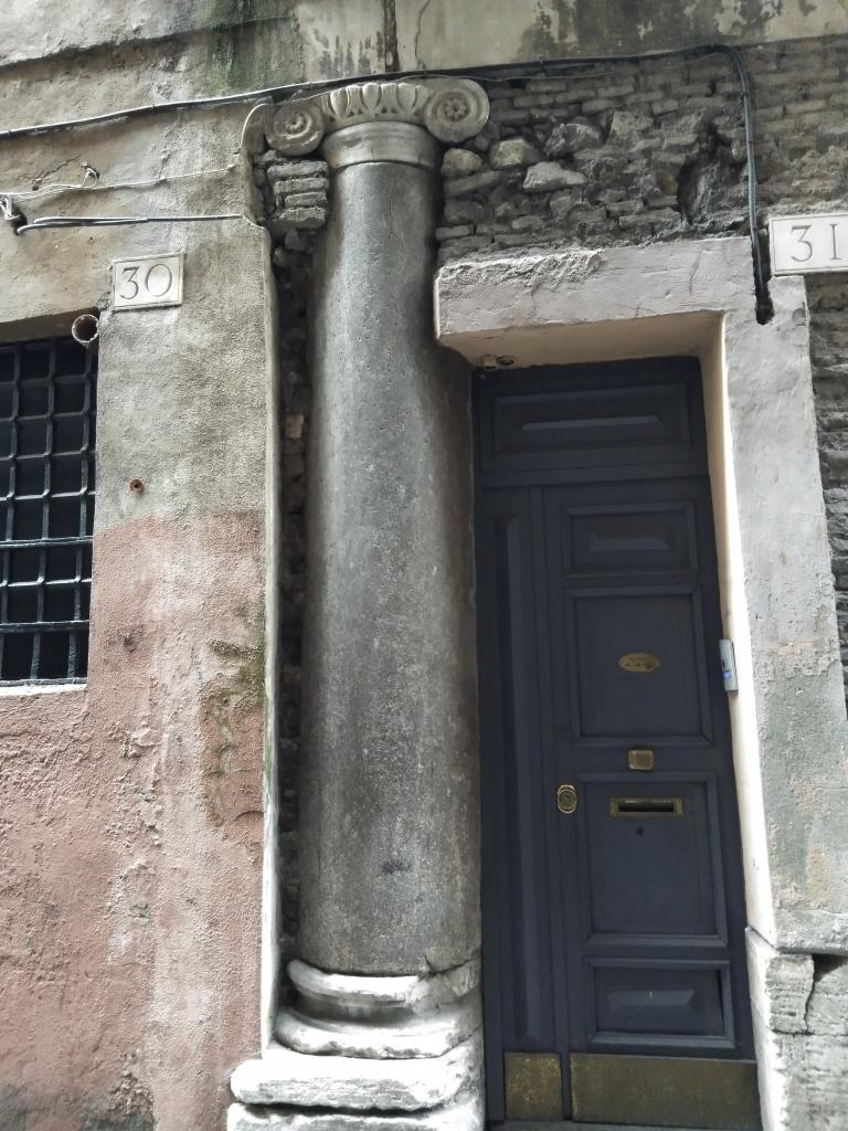 Roomalainen pylväs talon seinässä.