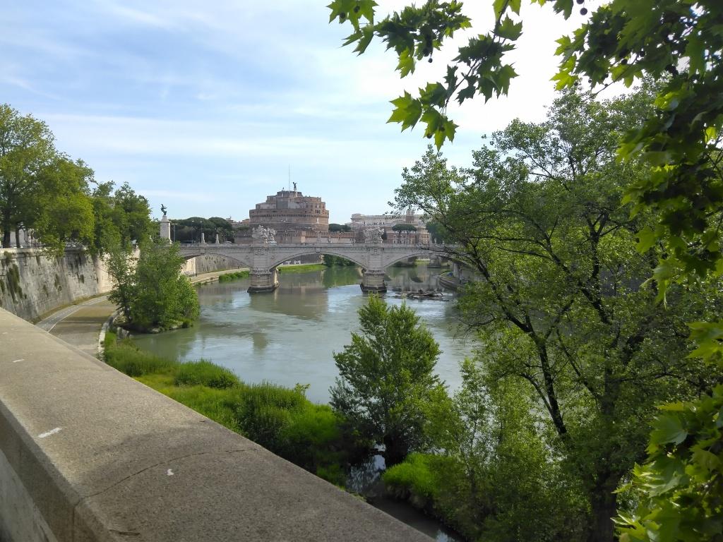 Näkymä sillalta joen mutkaan.